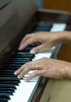 Mains jouant du piano, instrument de musique