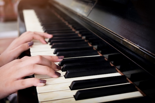 Mains jouant du piano