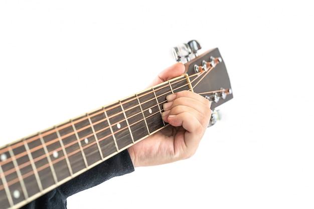 Mains jouant de la guitare sur blanc