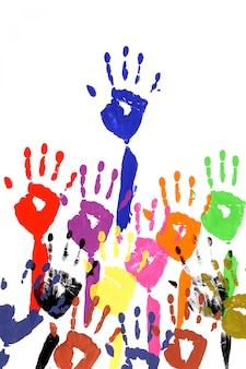 Les mains levées dans la peinture acrylique
