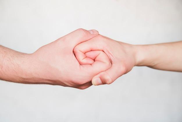 Mains liées sur fond blanc