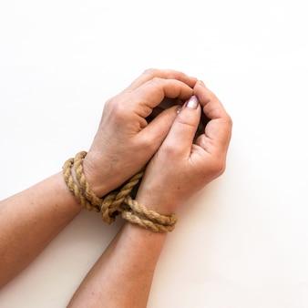 Mains liées isolés sur fond blanc