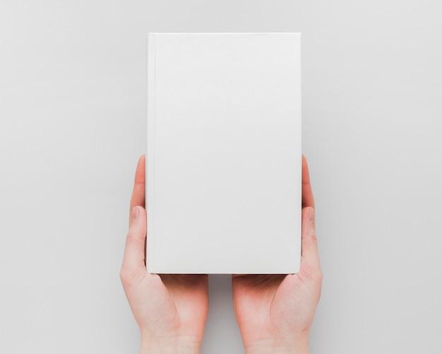Mains avec livre