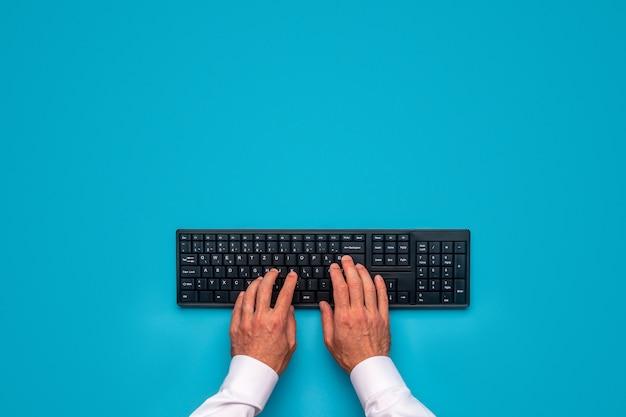 Mains mâles à l'aide du clavier de calcul noir