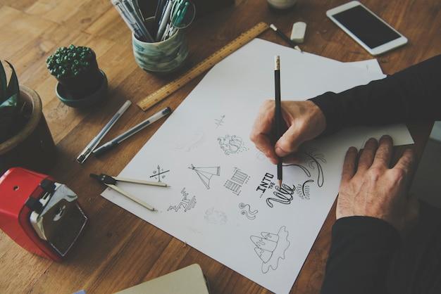 Mains mâles dessinant