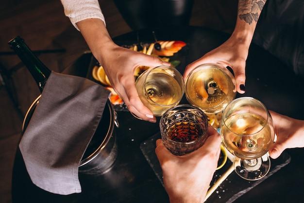 Mains mâles et femelles se bouchent avec des cocktails