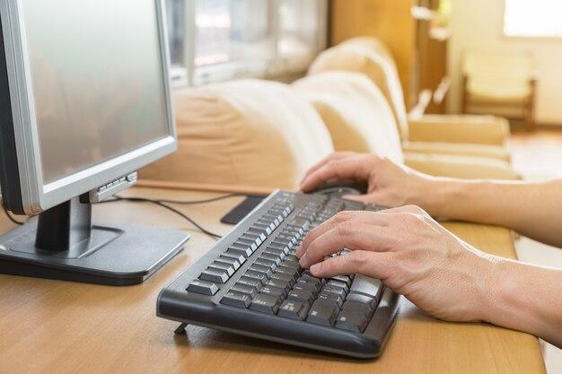 Mains mâles en tapant sur le clavier