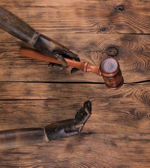 Mains de mannequin en bois et marteau de loi