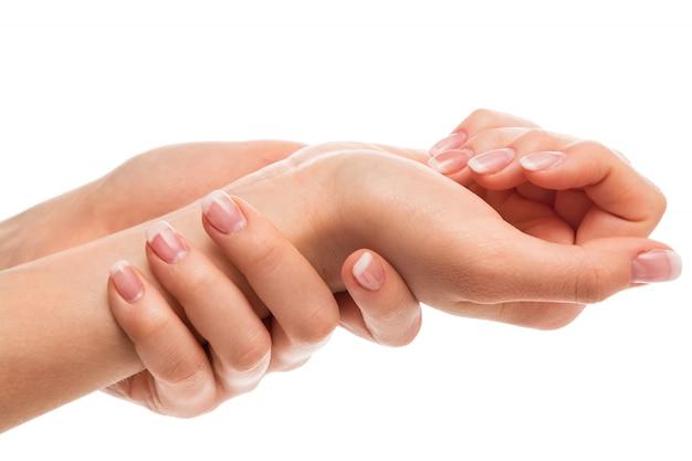 Mains avec manucure française