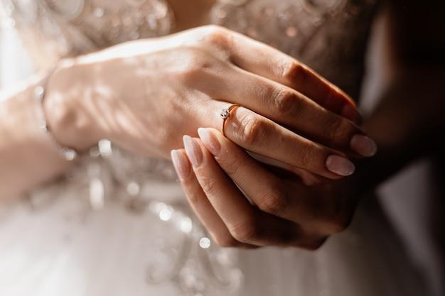 Mains de mariée bouchent