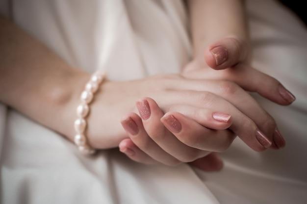Les mains de la mariée. cérémonie de mariage. en prévision