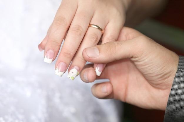 Mains de la mariée et du marié ensemble. joyeuses vacances . relations amoureuses et familiales
