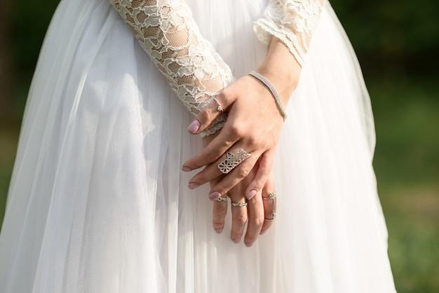 Mains De La Mariée Se Bouchent Photo Premium