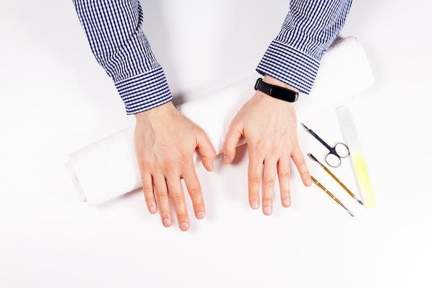 Mains masculines après la vue de dessus de manucure spa