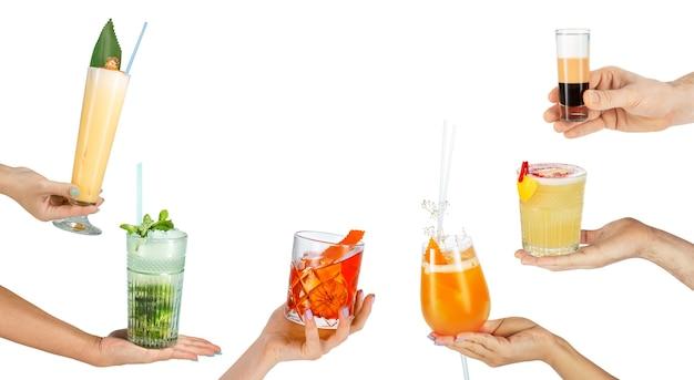 Mains masculines et féminines tenant des cocktails isoalted sur fond blanc.