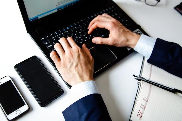 Mains masculines tapant sur le clavier