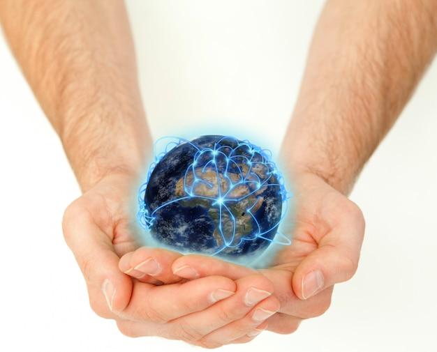 Mains masculines tenant un globe terrestre connecté