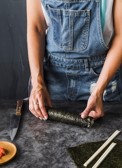 Mains mesurant la longueur d'une tranche
