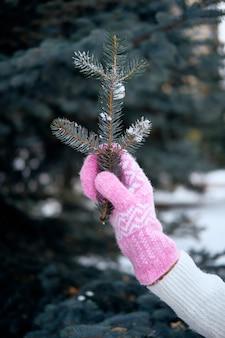 Mains en mitaines tricotées. mode de vie d'hiver. porter des vêtements chauds élégants. femme, chaud, vêtements