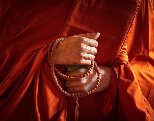 Mains de moine bouddhiste pour la méditation.