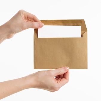 Mains montrant l'enveloppe
