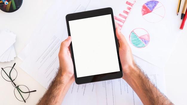 Mains montrant une tablette avec écran blanc