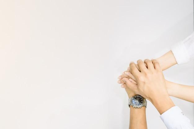 Mains montrant l'unité et le travail d'équipe, coopération entre les deux, vue de dessus des gens qui mettent leurs mains