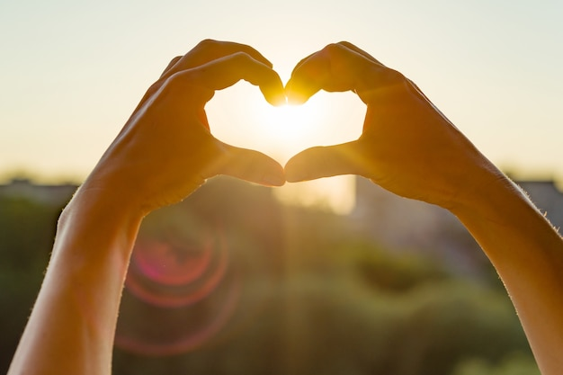 Les mains montrent le geste au coeur