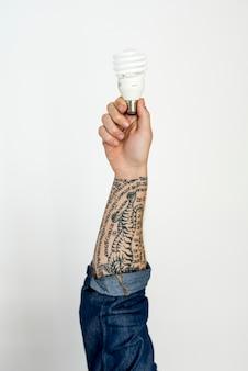 Mains montrent des idées ampoule