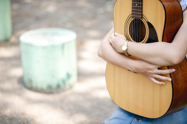Mains de musicien et guitares acoustiques, instruments de musique avec un très bon son