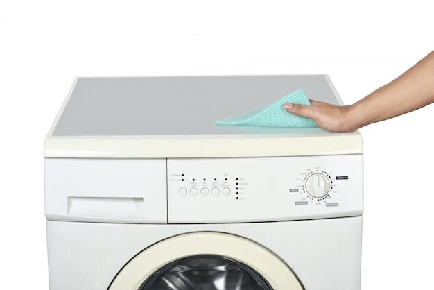 Mains nettoyant la machine à laver avec un gant de toilette