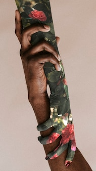 Mains noires colorées peintes se tenant le papier peint de téléphone portable