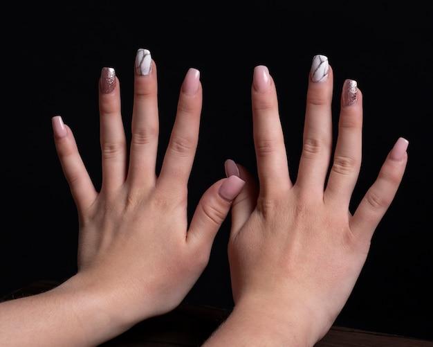 Mains avec des ongles en gel