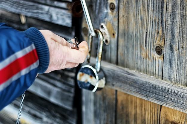 Les mains ouvrent un cadenas