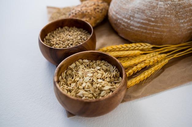 Mains de pain aux grains de blé et d'avoine