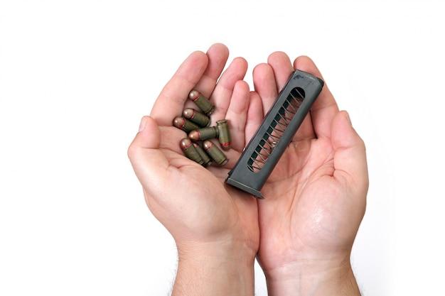 Mains paumes munitions militaires tenir clip vert vieux soviétique plusieurs blanc isolé jeu makarov