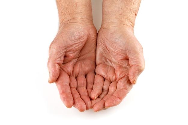 Les mains et les paumes vides du retraité senior isoler close-up