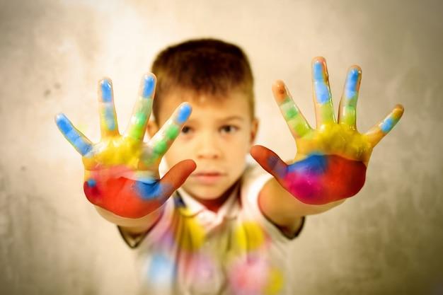 Les mains peintes du petit garçon