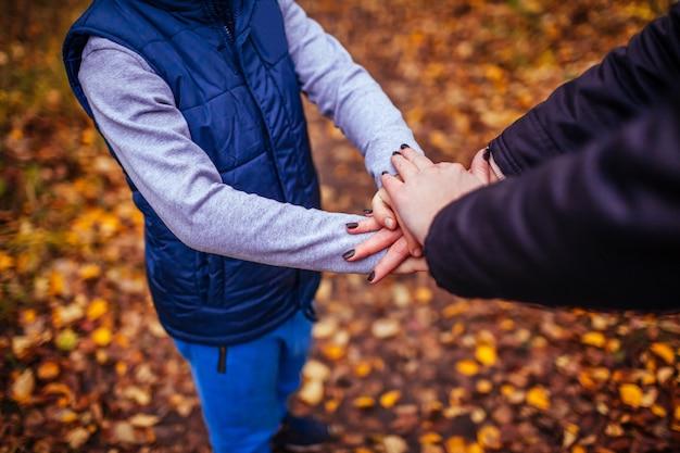 Mains d'un petit garçon et de sa soeur ensemble.