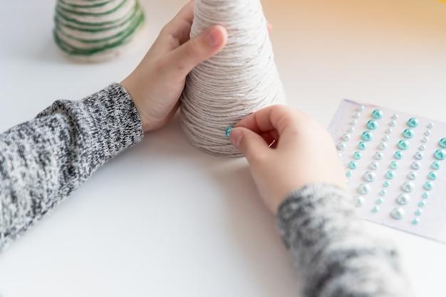 Mains, de, a, petite fille, création, fil, arbre noël., fait main, noël, tricoté, gift., arbre noël
