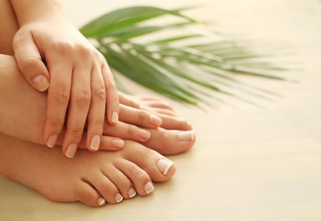 Mains et pieds d'une femme