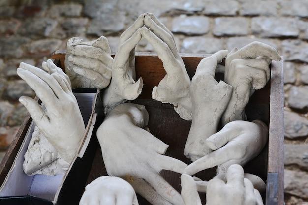 Mains en pierre cassées et coupées de la statue