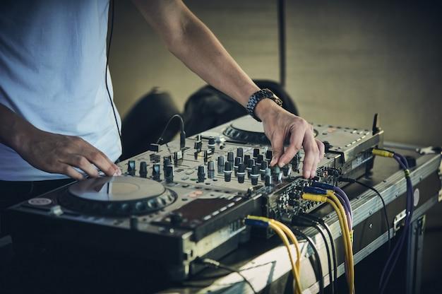 Les mains et la platine du dj