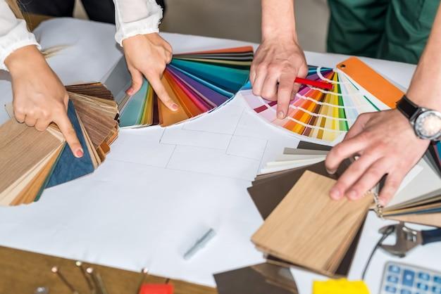 Mains pointant sur des échantillons de couleur pour la rénovation