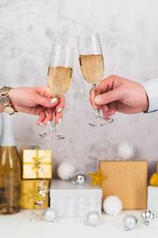 Mains portant un verre de champagne