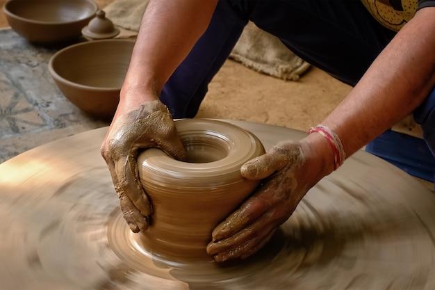 Les mains de potier indien au travail, shilpagram, udaipur, rajasthan, inde