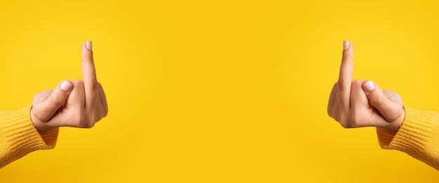 Mains qui te baisent sur fond jaune