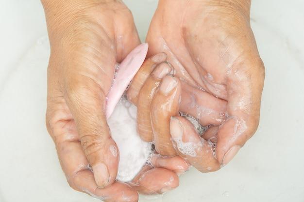 Des mains sales et du savon savonneux.