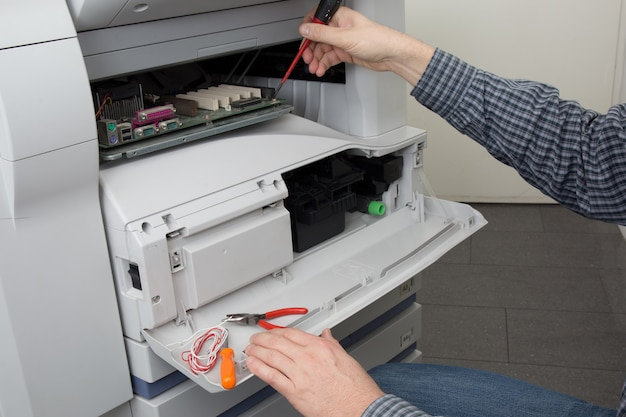 Mains de technicien nettoyage de la cartouche de toner de l'imprimante