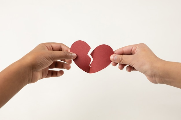 Mains tenant un cœur brisé, concept de chagrin